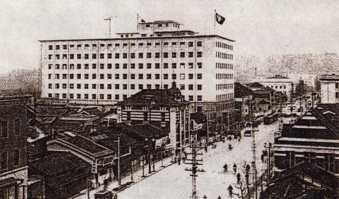 An exterior view of the Kyoto Marubeni Building at the time of its completion. The building was said to have been the largest architectural structure in Kyoto.